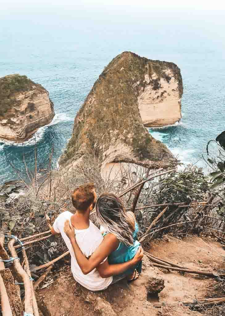 The Nusa Islands Top 5: a couple is looking over Kelingking beach on Nusa Penida Indonesia