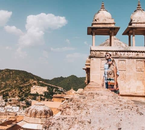 Jaipur Guide: a couple is standing on the top of the Amer Fort in Japiur India.