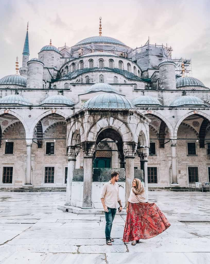The Ultimate Istanbul Guide: A couple in front the blue mosque.