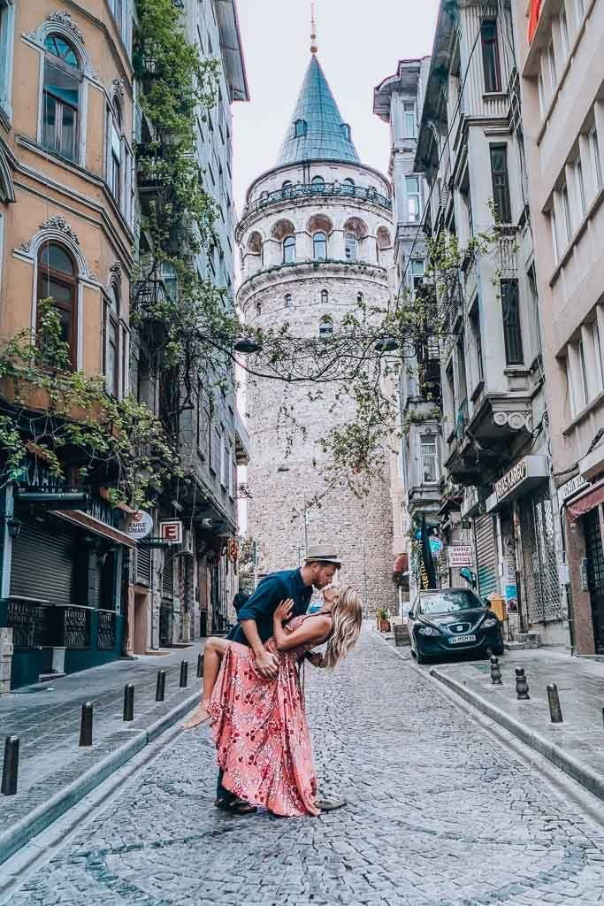 The ultimate Istanbul Guide: A couple is dancing in front the galata tower.
